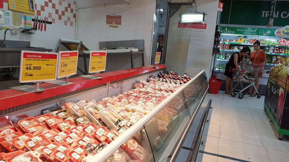 Giá thực phẩm giảm, người Sài Gòn tranh thủ cuối tuần đi siêu thị - Ảnh 4.