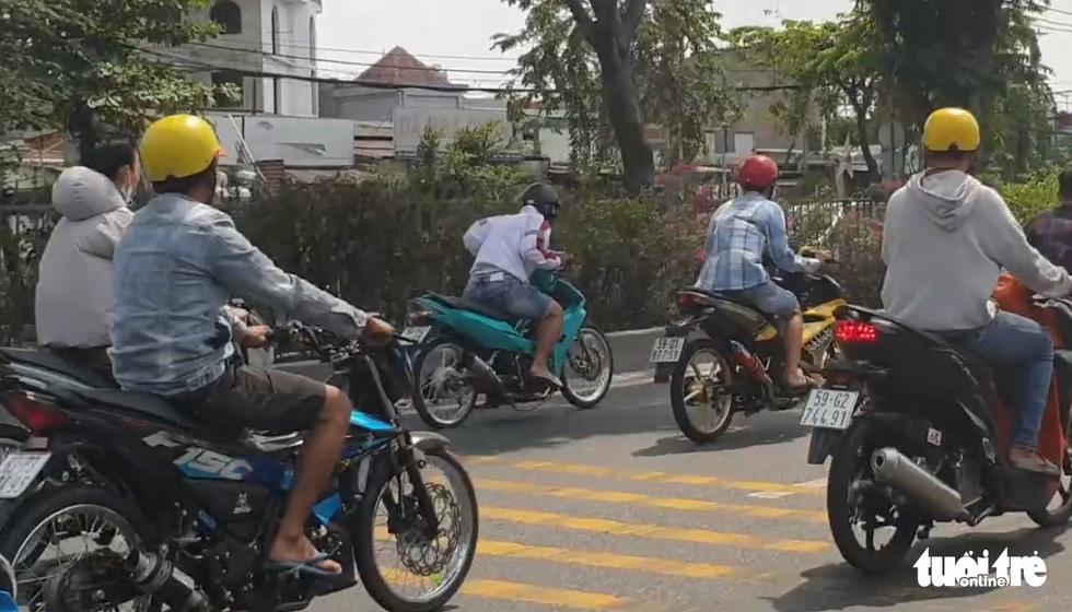 'Quái xế' tụ tập đua xe náo loạn trên quốc lộ 1 giữa ban ngày - Ảnh 2.