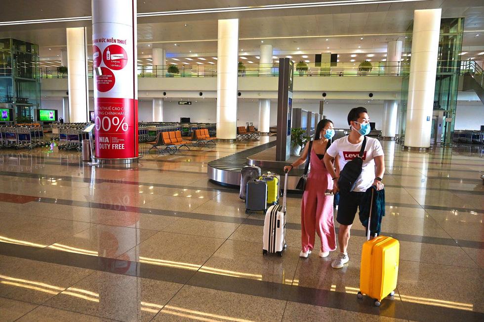 Sân bay khắp thế giới vắng hoe vì dịch bệnh COVID-19 - Ảnh 5.