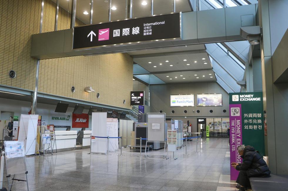 Sân bay khắp thế giới vắng hoe vì dịch bệnh COVID-19 - Ảnh 4.