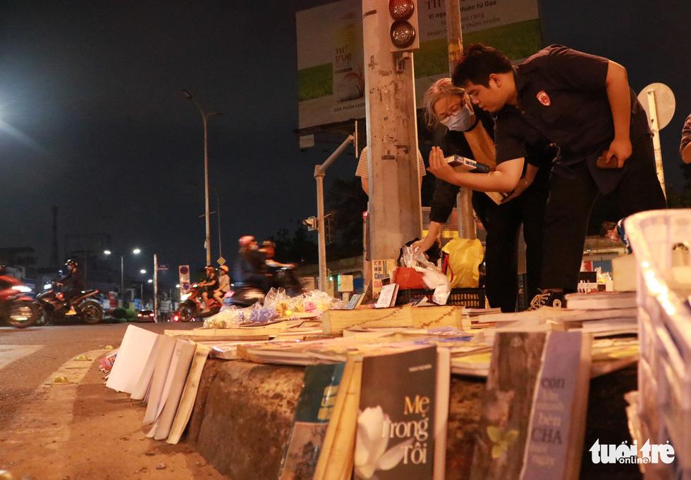 Bà cụ lom khom bán sách cũ lúc nửa đêm ở ngã tư Bảy Hiền - Ảnh 2.