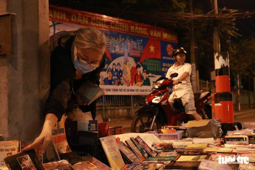 Bà cụ lom khom bán sách cũ lúc nửa đêm ở ngã tư Bảy Hiền - Ảnh 3.
