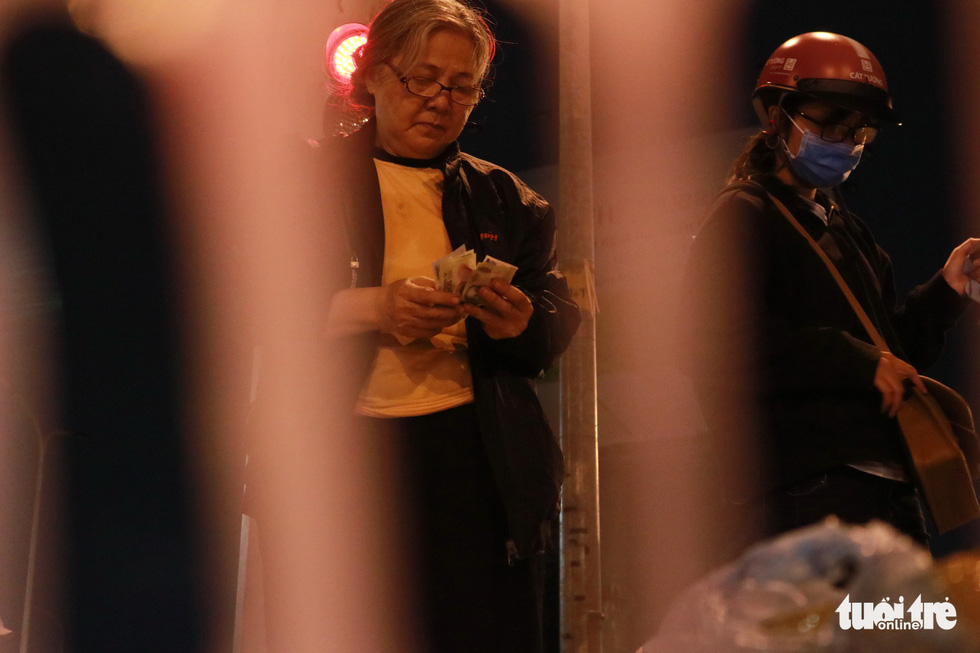 Bà cụ lom khom bán sách cũ lúc nửa đêm ở ngã tư Bảy Hiền - Ảnh 6.