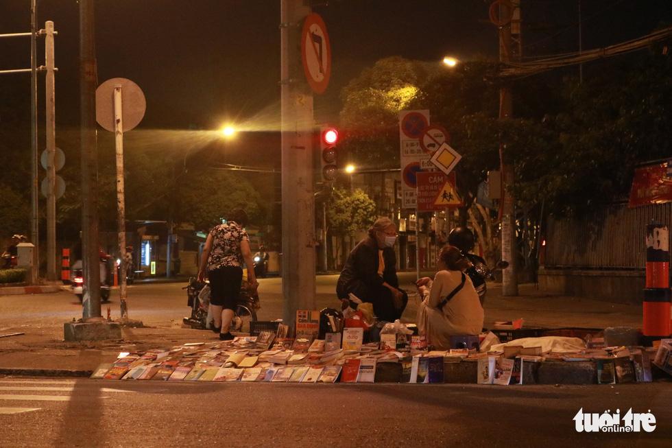 Bà cụ lom khom bán sách cũ lúc nửa đêm ở ngã tư Bảy Hiền - Ảnh 4.