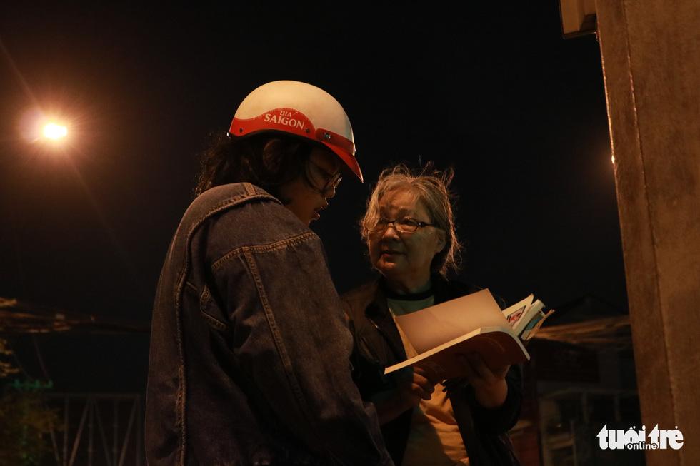 Bà cụ lom khom bán sách cũ lúc nửa đêm ở ngã tư Bảy Hiền - Ảnh 5.