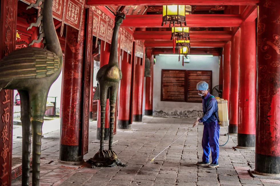 Khử trùng di tích nhà tù Hỏa Lò, Hoàng thành Thăng Long, Văn Miếu... - Ảnh 3.