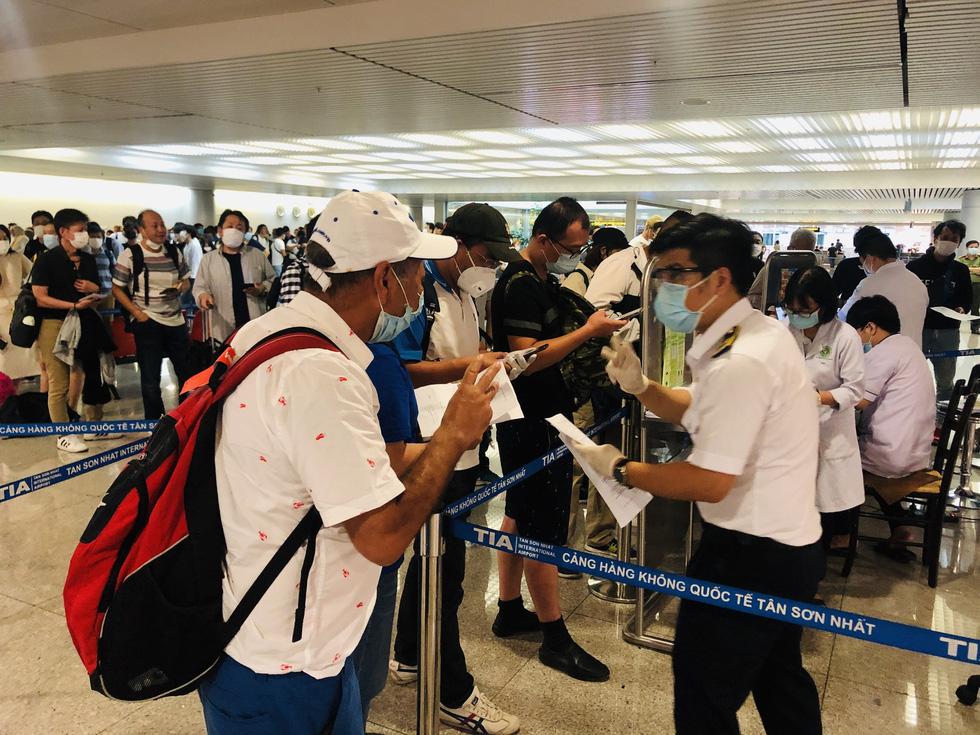 Máy bay cất cánh đi Tân Sơn Nhất 2 tiếng, gia đình mới báo con nghi bị COVID-19 - Ảnh 1.