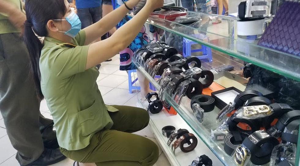 Tạm giữ hàng ngàn đồng hồ, túi xách... nghi giả hàng hiệu ở Saigon Square, chợ Bến Thành - Ảnh 2.