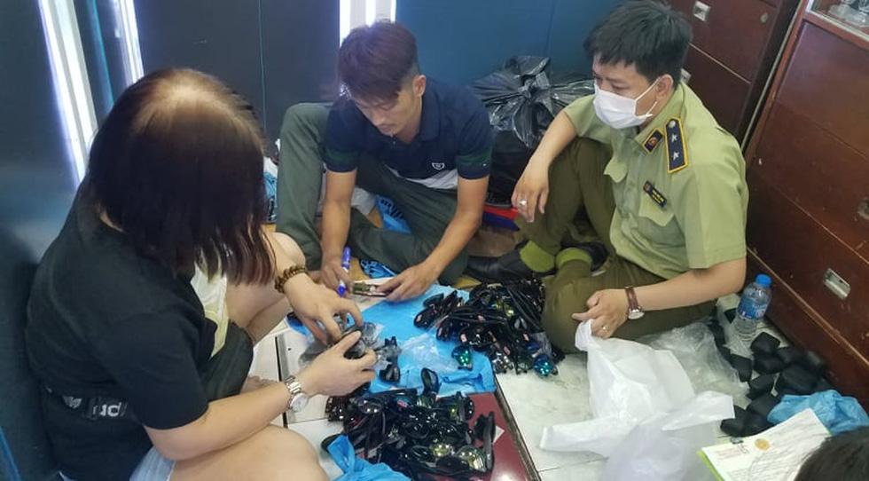 Tạm giữ hàng ngàn đồng hồ, túi xách... nghi giả hàng hiệu ở Saigon Square, chợ Bến Thành - Ảnh 3.