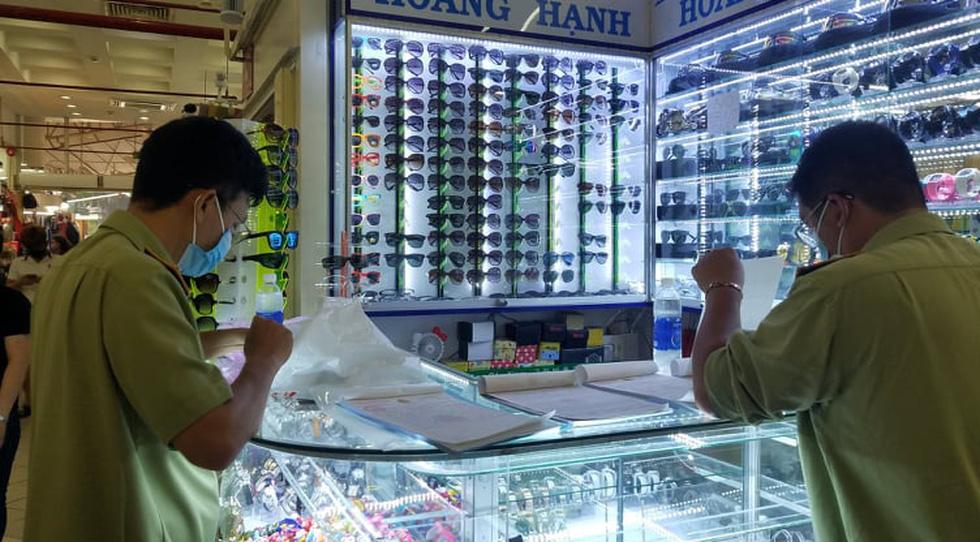 Tạm giữ hàng ngàn đồng hồ, túi xách... nghi giả hàng hiệu ở Saigon Square, chợ Bến Thành - Ảnh 4.