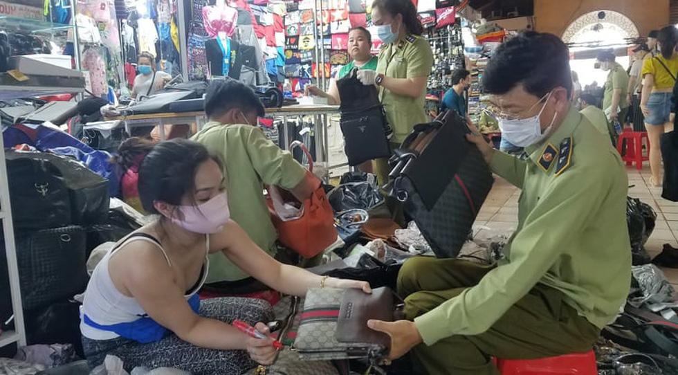 Tạm giữ hàng ngàn đồng hồ, túi xách... nghi giả hàng hiệu ở Saigon Square, chợ Bến Thành - Ảnh 5.