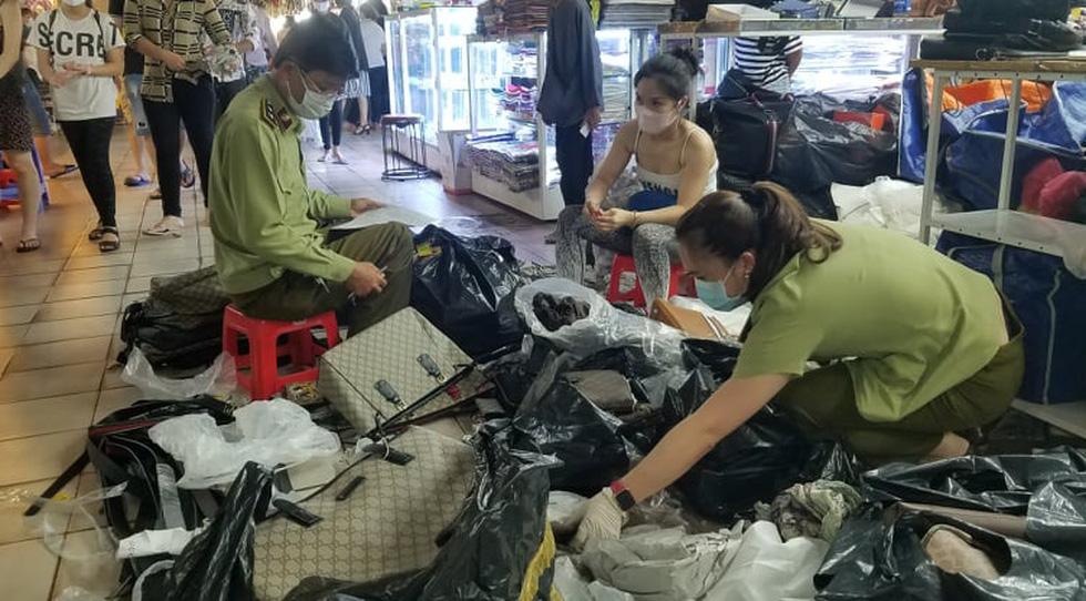 Tạm giữ hàng ngàn đồng hồ, túi xách... nghi giả hàng hiệu ở Saigon Square, chợ Bến Thành - Ảnh 6.
