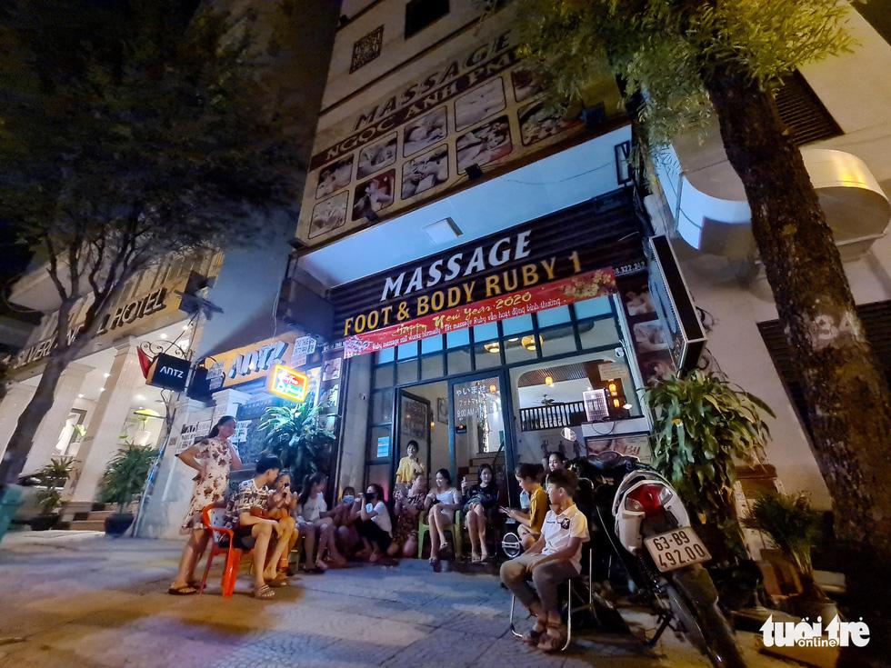 Phố bar, massage Nhật Bản ở quận 1 vắng như… tết - Ảnh 9.
