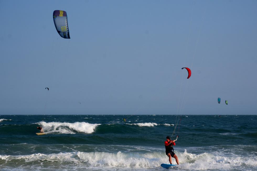 Biển Mũi Né vẫn rợp bóng diều lướt ván giữa mùa dịch COVID-19 - Ảnh 11.