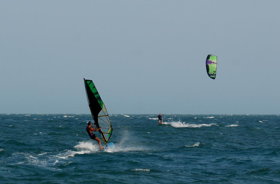 Biển Mũi Né vẫn rợp bóng diều lướt ván giữa mùa dịch COVID-19 - Ảnh 3.