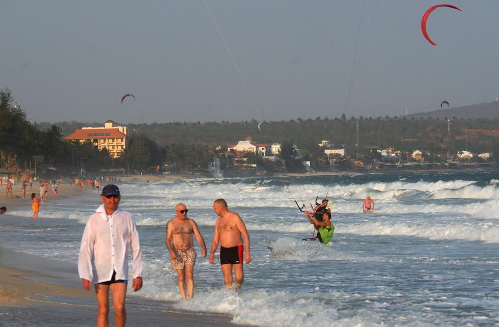 Biển Mũi Né vẫn rợp bóng diều lướt ván giữa mùa dịch COVID-19 - Ảnh 6.