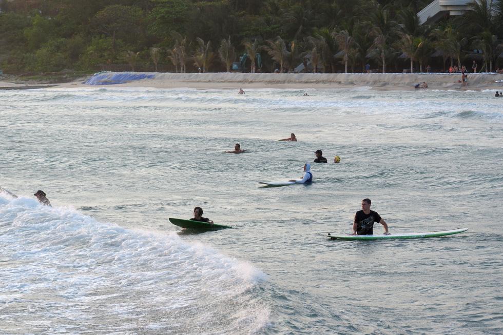 Biển Mũi Né vẫn rợp bóng diều lướt ván giữa mùa dịch COVID-19 - Ảnh 4.