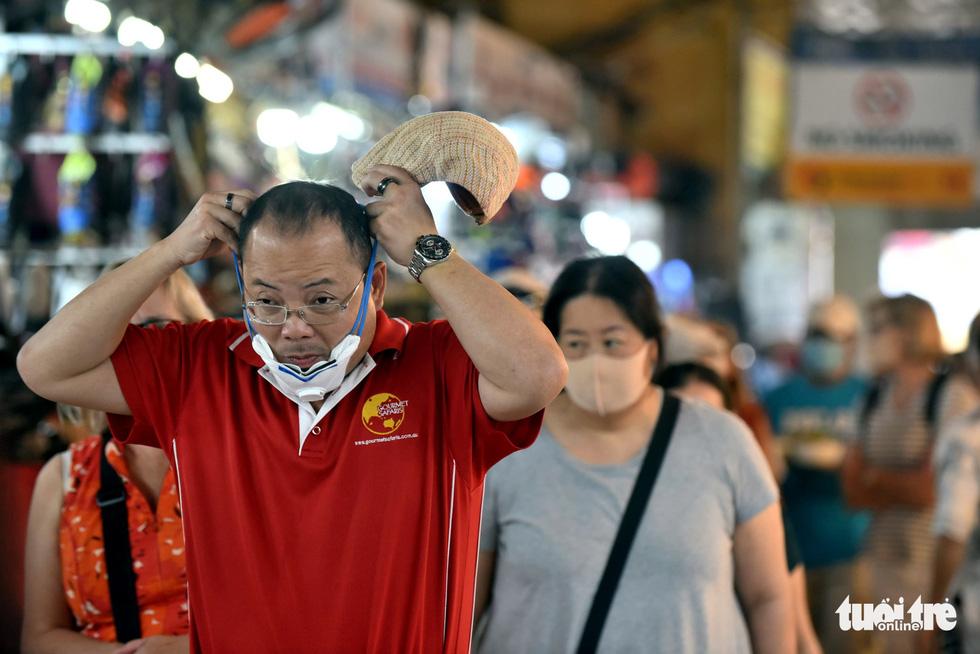 Ngày đầu áp dụng việc đeo khẩu trang nơi công cộng: Người đeo người không - Ảnh 3.