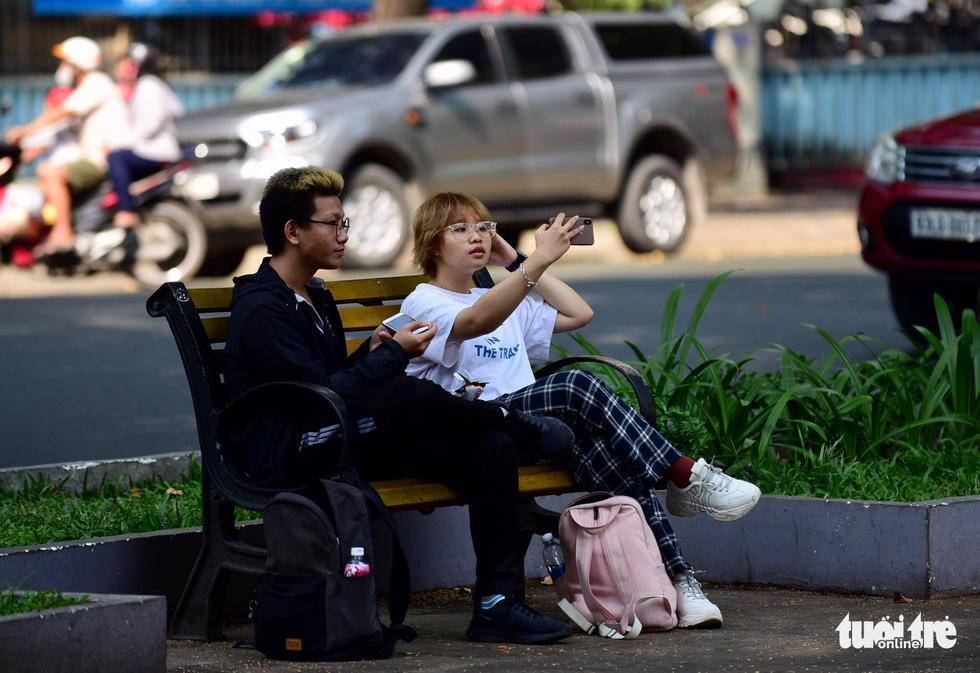 Ngày đầu áp dụng việc đeo khẩu trang nơi công cộng: Người đeo người không - Ảnh 8.