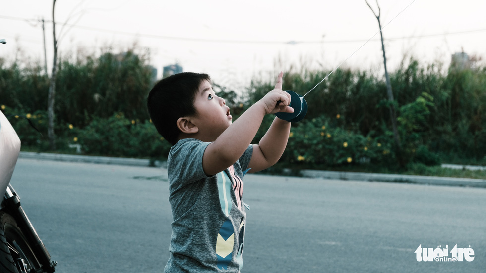 Trẻ em thời COVID-19: đeo khẩu trang chơi thả diều - Ảnh 10.