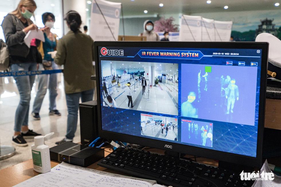 Cận cảnh việc lấy mẫu xét nghiệm COVID-19 tại sân bay Nội Bài - Ảnh 3.