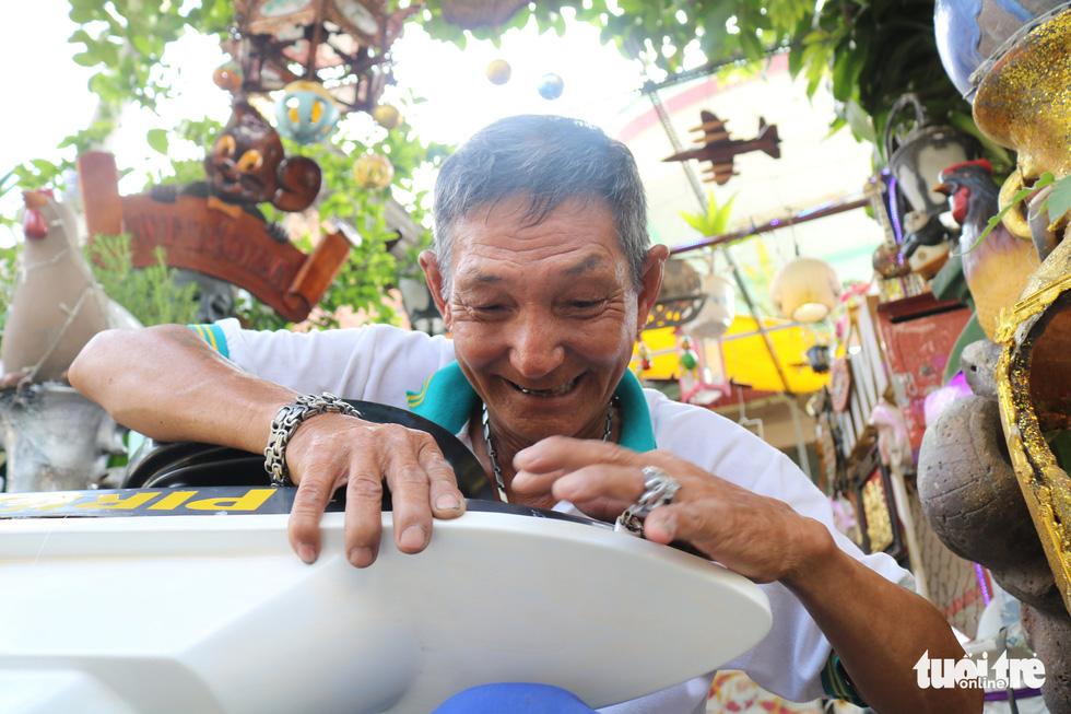 Cụ ông 71 tuổi mê tái chế rác thải - Ảnh 2.