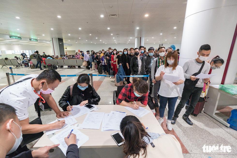 Cận cảnh việc lấy mẫu xét nghiệm COVID-19 tại sân bay Nội Bài - Ảnh 8.