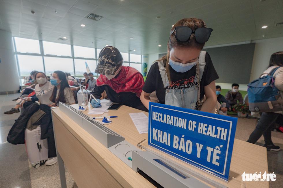 Cận cảnh việc lấy mẫu xét nghiệm COVID-19 tại sân bay Nội Bài - Ảnh 2.