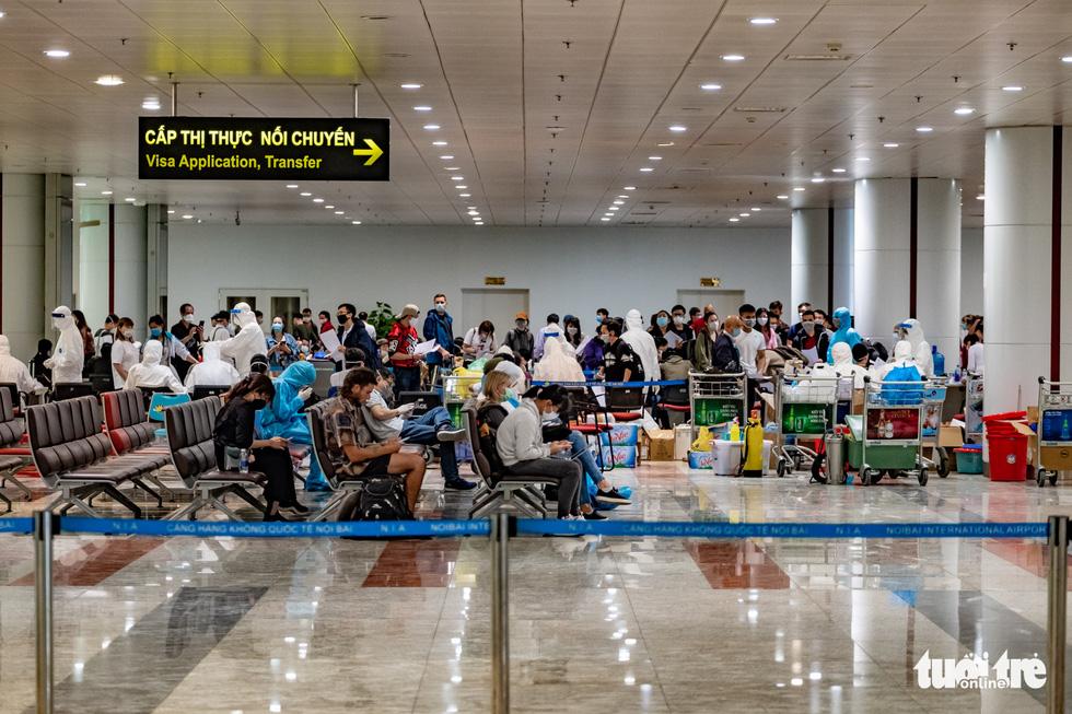 Cận cảnh việc lấy mẫu xét nghiệm COVID-19 tại sân bay Nội Bài - Ảnh 12.