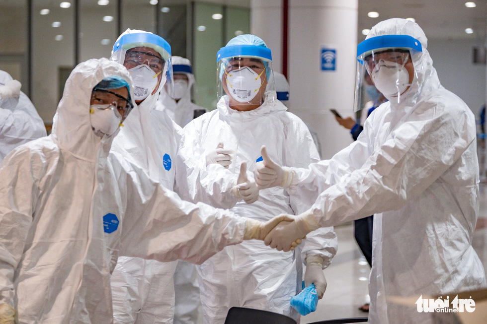 Cận cảnh việc lấy mẫu xét nghiệm COVID-19 tại sân bay Nội Bài - Ảnh 5.
