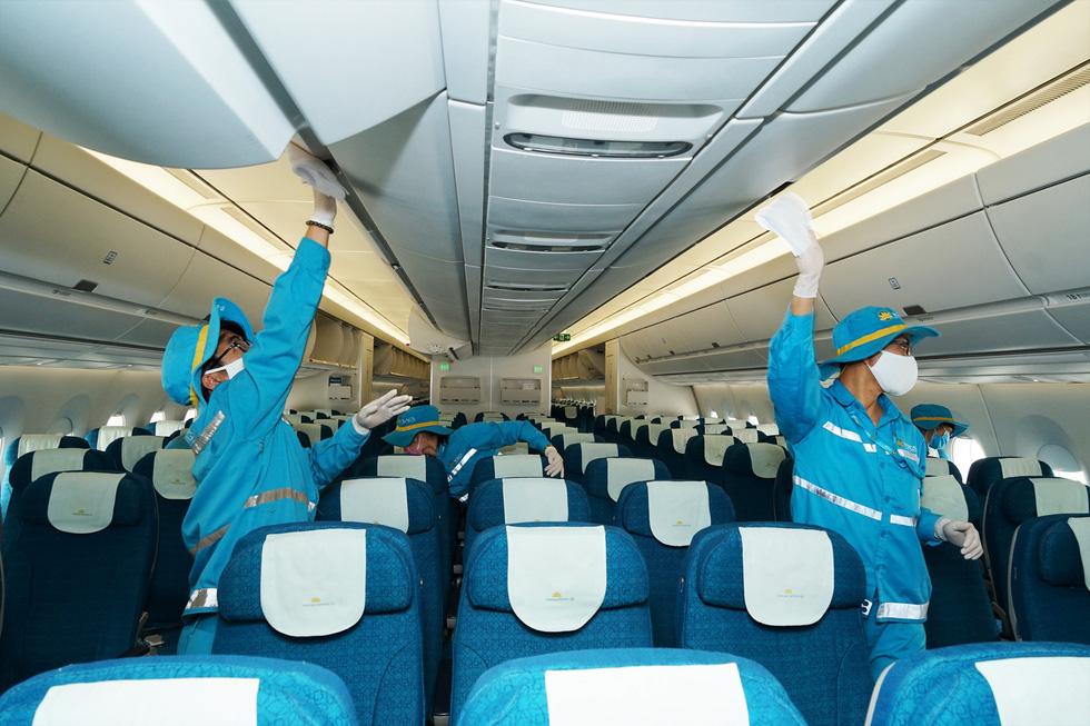Vietnam Airlines vệ sinh, khử trùng các chuyến bay trong nước thế nào? - Ảnh 1.