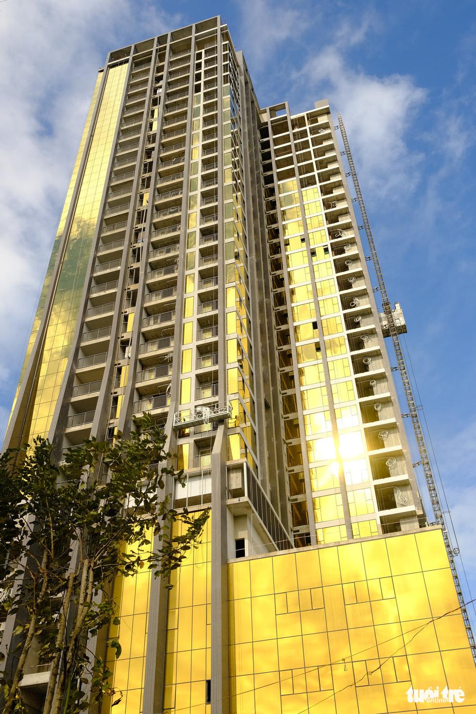 Cận cảnh hai tòa nhà dát vàng gây nhức mắt tại Đà Nẵng - Ảnh 4.