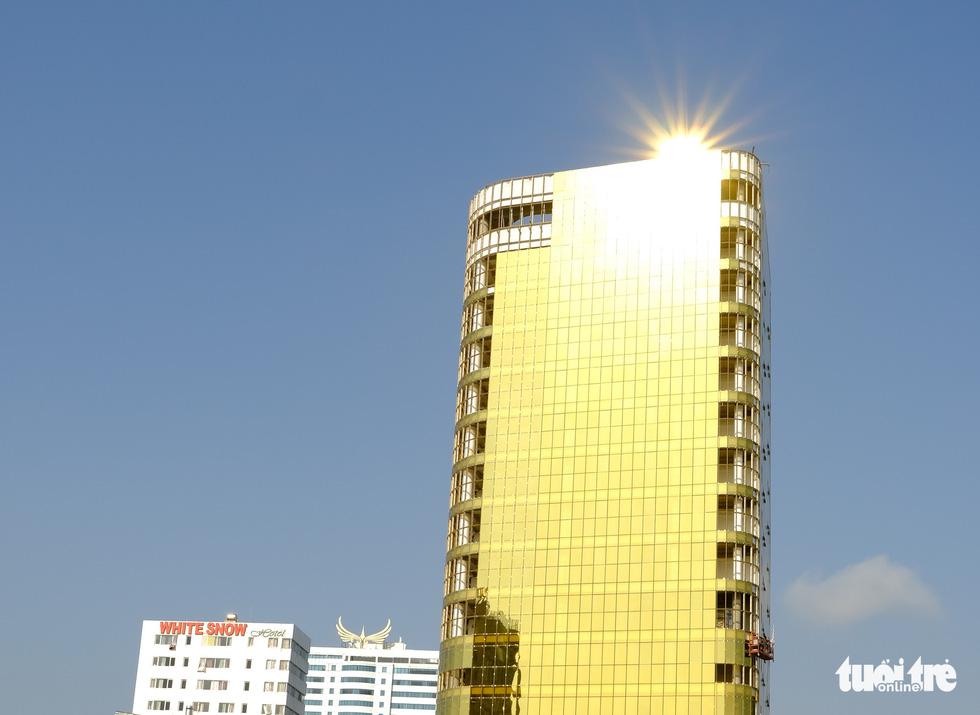 Cận cảnh hai tòa nhà dát vàng gây nhức mắt tại Đà Nẵng - Ảnh 5.