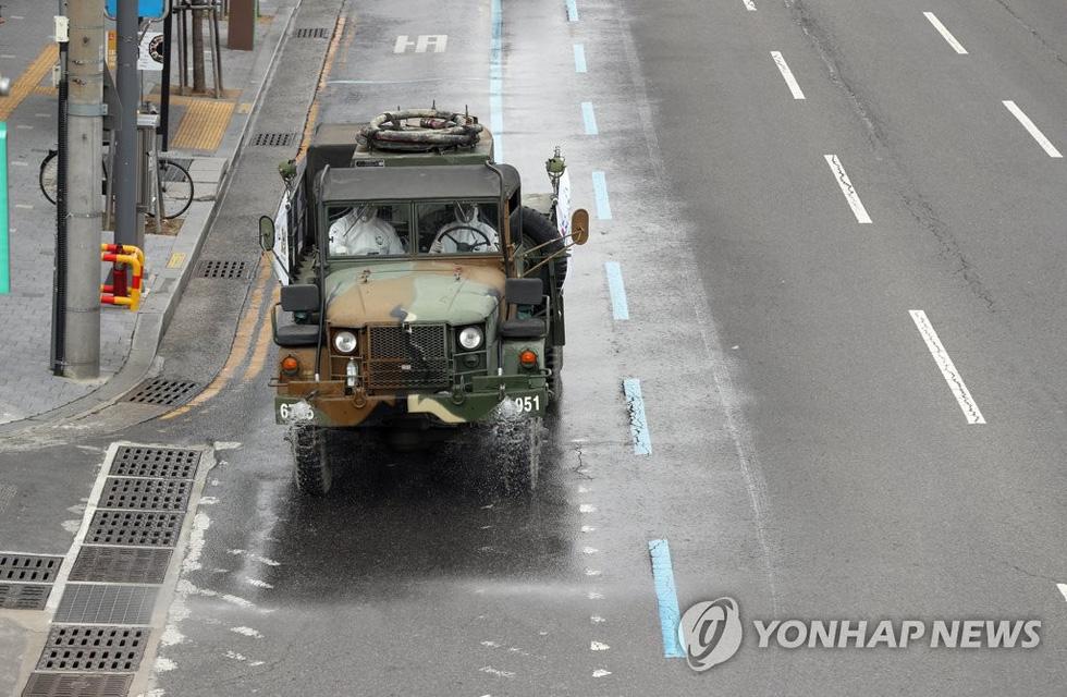 Binh sĩ Hàn Quốc được huy động nhiều nhất có thể để dập dịch ở Daegu - Ảnh 9.