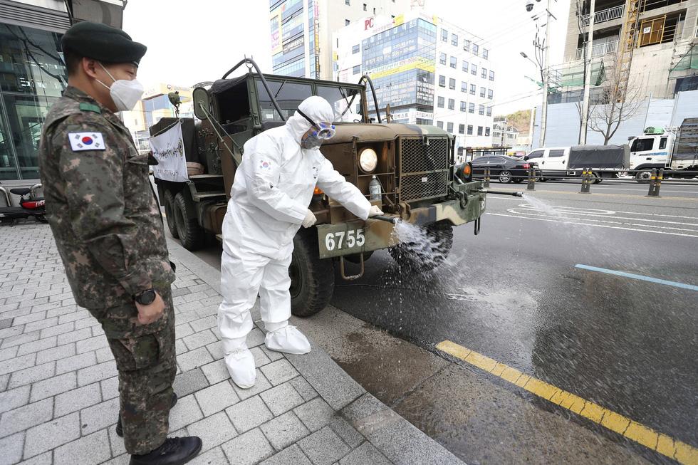 Binh sĩ Hàn Quốc được huy động nhiều nhất có thể để dập dịch ở Daegu - Ảnh 8.