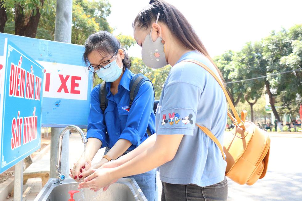 Đội phản ứng nhanh tình nguyện dọn dẹp ký túc xá - Ảnh 11.