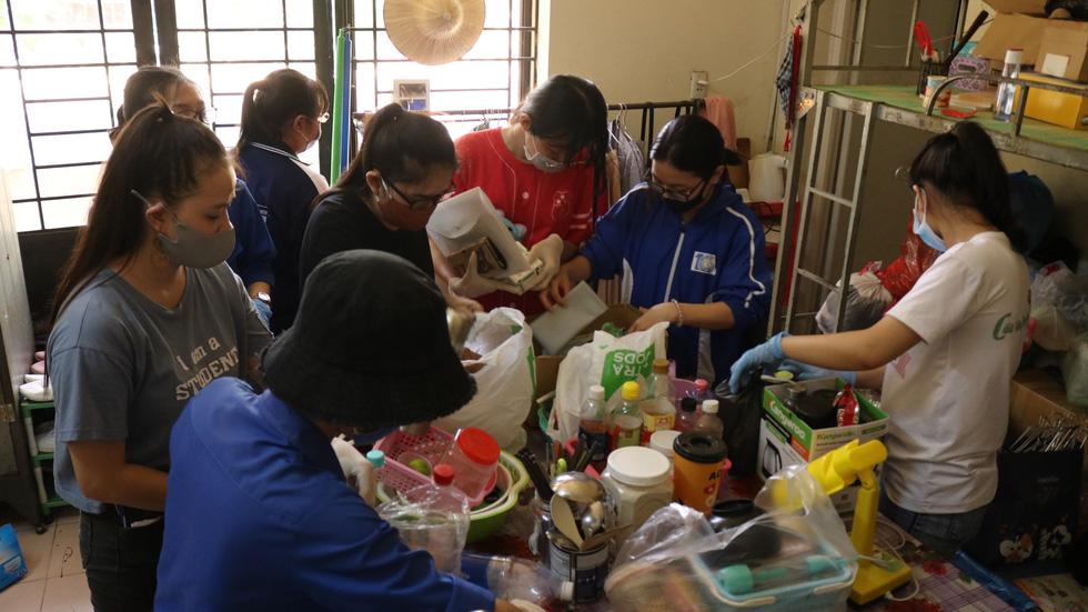 Đội phản ứng nhanh tình nguyện dọn dẹp ký túc xá - Ảnh 7.