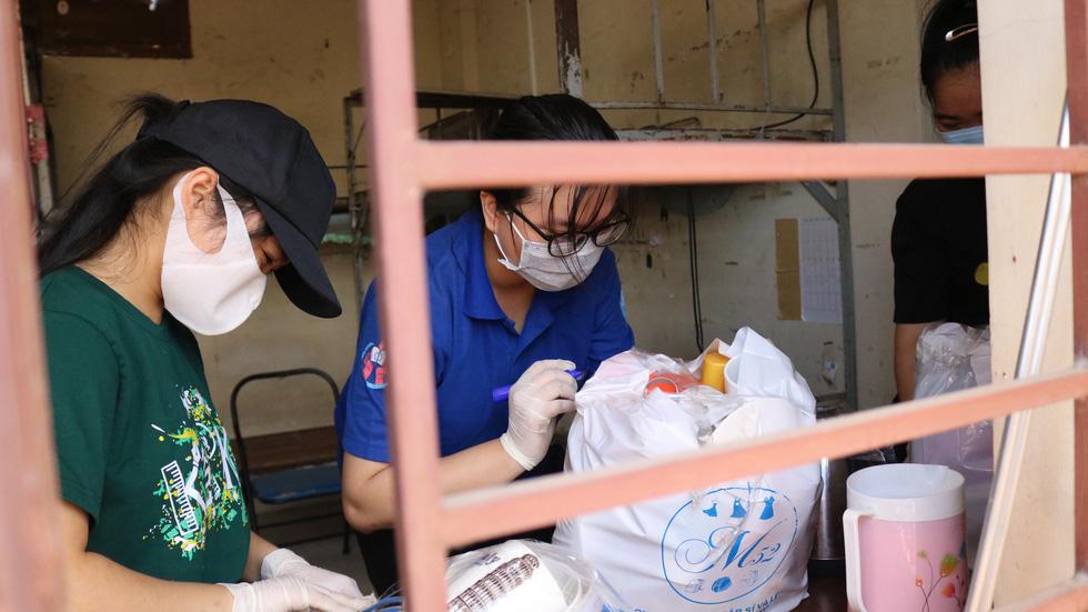 Đội phản ứng nhanh tình nguyện dọn dẹp ký túc xá - Ảnh 8.