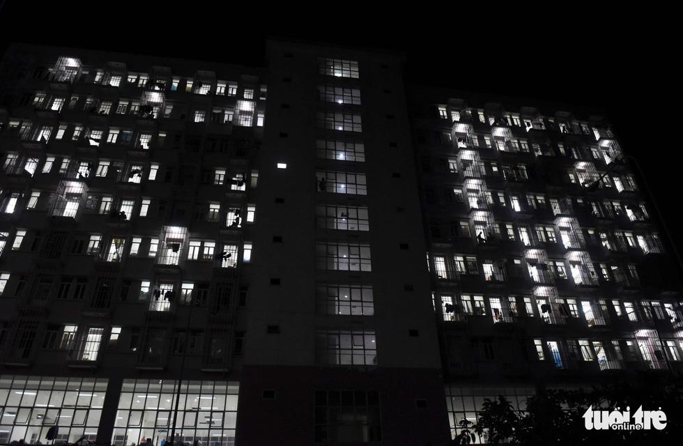 Trắng đêm chuyển người vào khu cách ly - Ảnh 12.