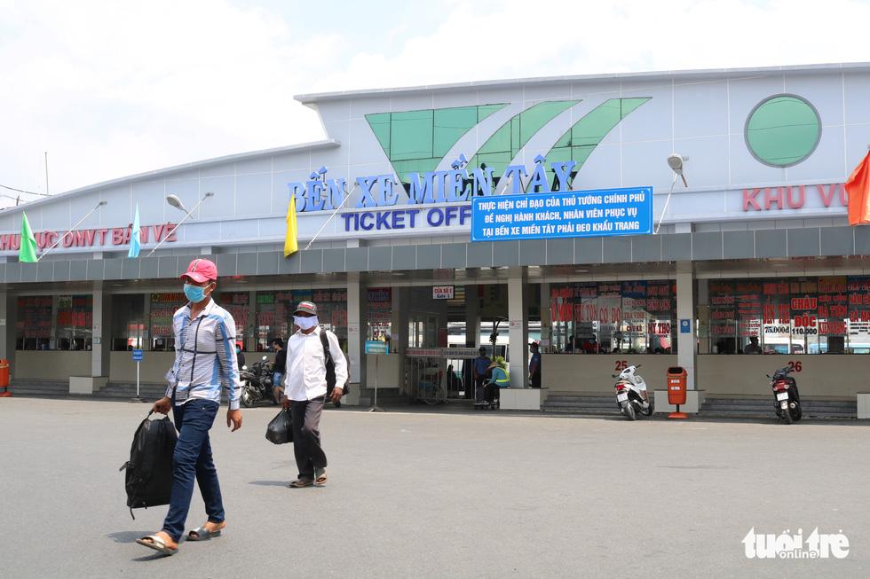 Nhà ga, bến xe ở TP.HCM: Trước khi vào ghế ngồi là phải khai báo y tế - Ảnh 4.