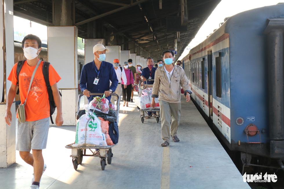 Nhà ga, bến xe ở TP.HCM: Trước khi vào ghế ngồi là phải khai báo y tế - Ảnh 9.
