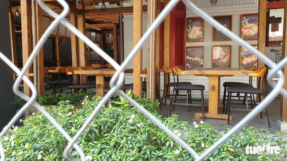 Hàng quán ở TP.HCM đồng loạt tạm đóng cửa dù bất ngờ - Ảnh 17.