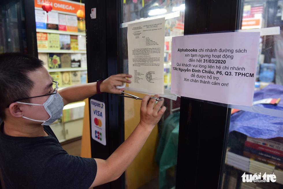 Hàng quán ở TP.HCM đồng loạt tạm đóng cửa dù bất ngờ - Ảnh 2.