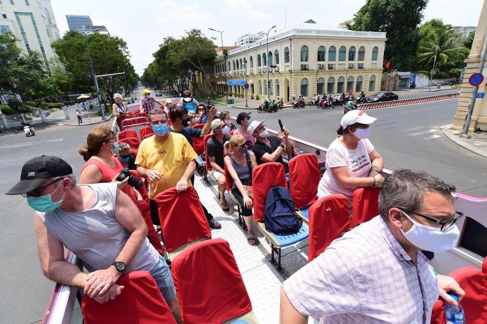 Sau 14 ngày cách ly, đoàn du khách Pháp đi xe buýt 2 tầng tham quan Sài Gòn - Ảnh 2.