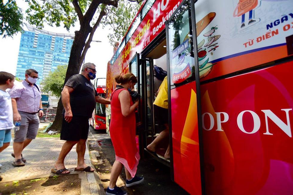 Sau 14 ngày cách ly, đoàn du khách Pháp đi xe buýt 2 tầng tham quan Sài Gòn - Ảnh 3.