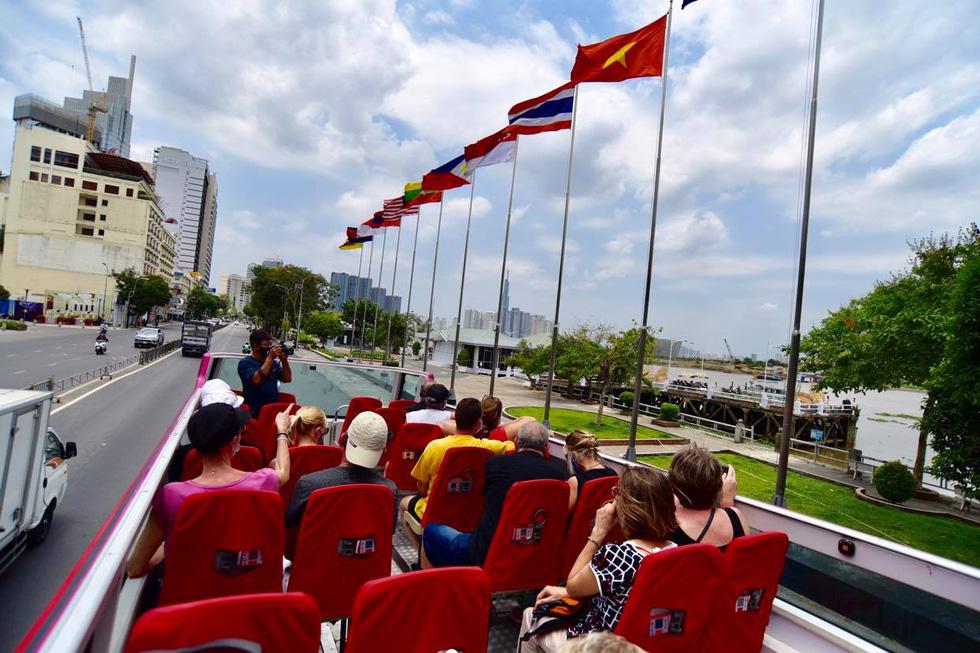 Sau 14 ngày cách ly, đoàn du khách Pháp đi xe buýt 2 tầng tham quan Sài Gòn - Ảnh 4.