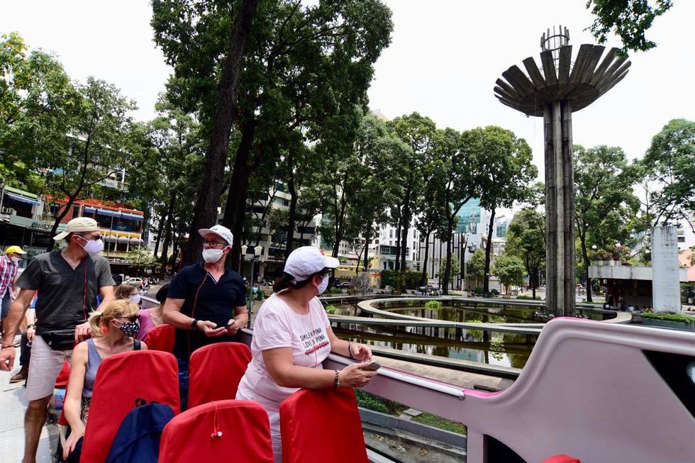 Sau 14 ngày cách ly, đoàn du khách Pháp đi xe buýt 2 tầng tham quan Sài Gòn - Ảnh 1.