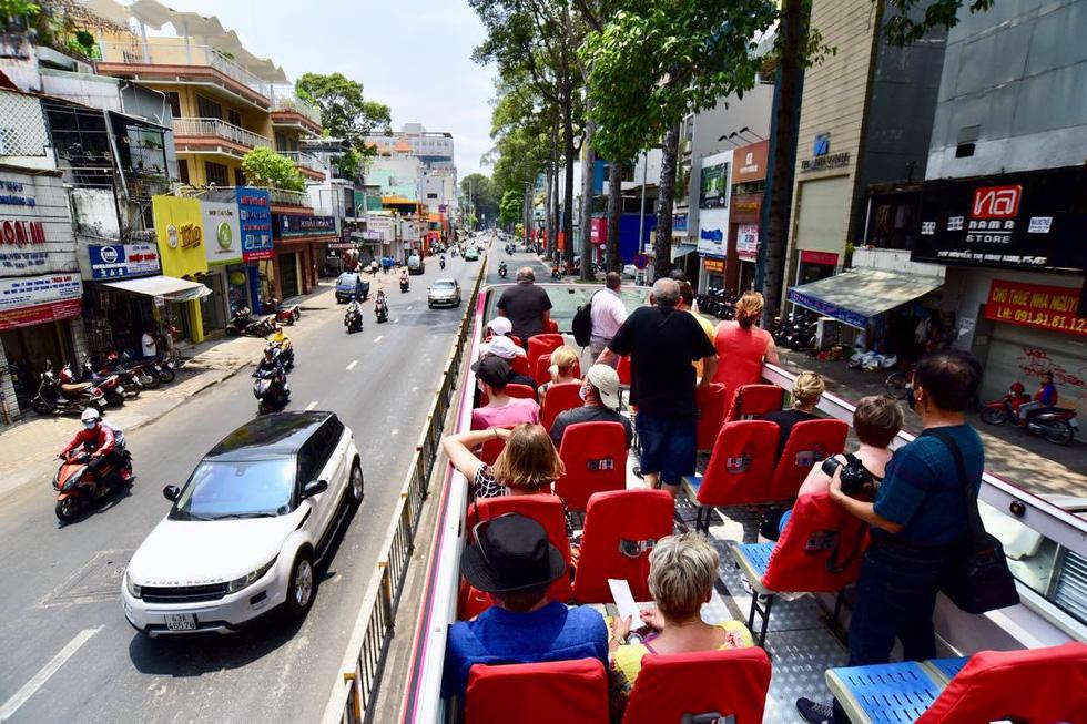 Sau 14 ngày cách ly, đoàn du khách Pháp đi xe buýt 2 tầng tham quan Sài Gòn - Ảnh 5.