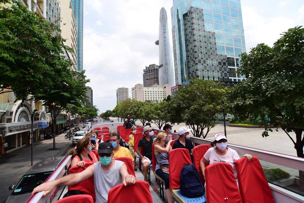 Sau 14 ngày cách ly, đoàn du khách Pháp đi xe buýt 2 tầng tham quan Sài Gòn - Ảnh 6.