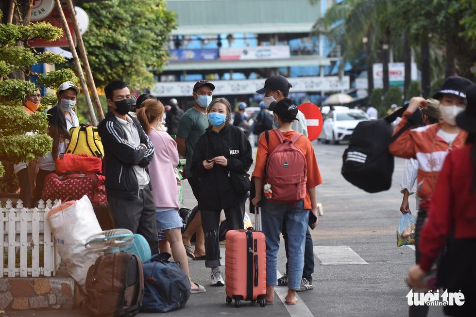 Người dân đổ về các bến xe trước giờ TP.HCM hạn chế đi lại - Ảnh 2.